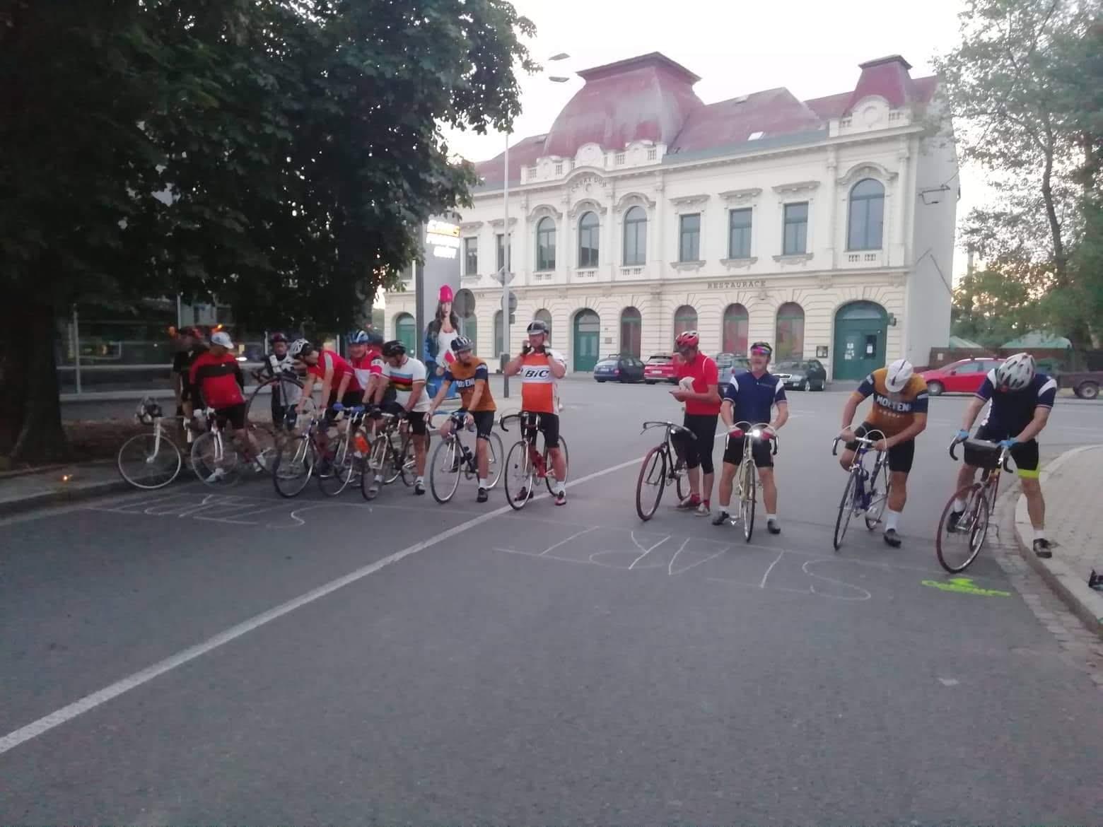 Jezdci nastoupeni před startem